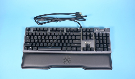 XPG召唤者机械键盘图赏:金属面板+悬浮键帽